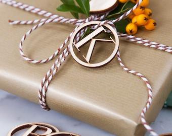 Initiale en bois les étiquettes-Etiquettes - en bois - initiale cadeaux - Noël Wrap - Wrap - cadeau Label - étiquettes personnalisées et des étiquettes - Tags