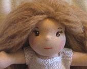 Lola, tendre poupée waldorf de 35 cm (inspiration waldorf)