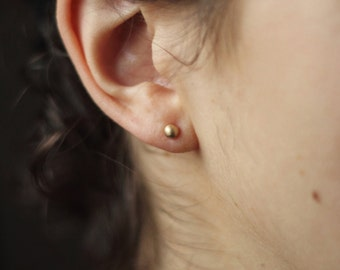 Ear Dots L - Small Studs in 8kt Gold
