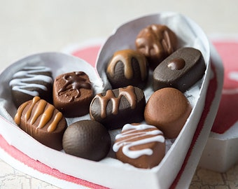 1:6 miniature - Valentine's Chocolate Box