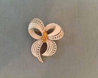 Pretty Vintage Monet Enamel White Bow Pin