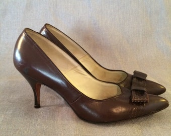 Vintage 1960's Coquettes Brown Pump Heel. Bow. Size 6.