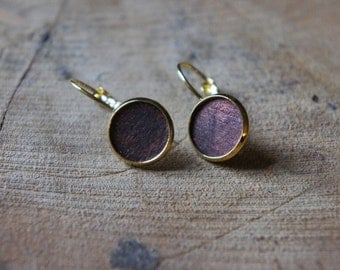 Golden minimal design earrings with a dark copper colored textured inlay
