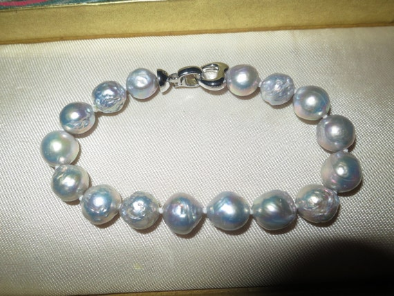 Lovely high lustre Kasumi gray pearl knotted bracelet. 8.2 inches