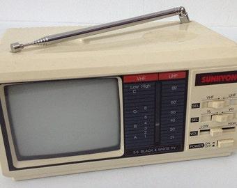 Black and White Portable TV 3.5 '.  Vintage Sound & Vision. Mini Tv Sunkyong 1980 s. Mini TV table vintage