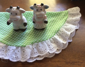 Vintage Cow Couple Salt and Pepper Shakers.