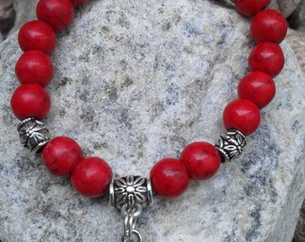 18) Bracelet collection princesse ou petit poigne tfait de turquoise teint en rouge rehaussé d'une breloque