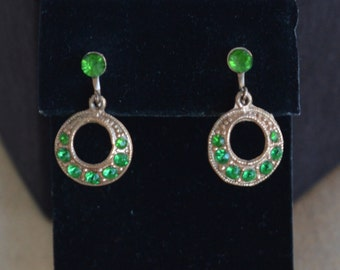 Pretty Vintage Emerald Green Rhinestone Dangle Screw back Earrings, Gold tone (G9)