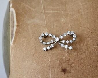 vintage rhinestone bow brooch / 30s 40s rhinestone pin / 1940s bow brooch / 1930s rhinestone bow pin / novelty brooch