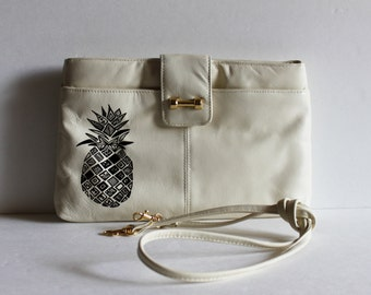 VINTAGE cream Purse with handpainted PINEAPPLE / Vintage Purse / Pineapple / Prom Purse / Vintage Tiki / Painted Purse / Tropical Vintage