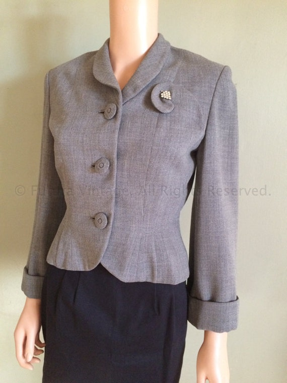 1940s JAUNTY JUNIORS Grey Wool Fitted Jacket with Cuffed Sleeves Gabardine Lined Attached Rhinestone Brooch-S