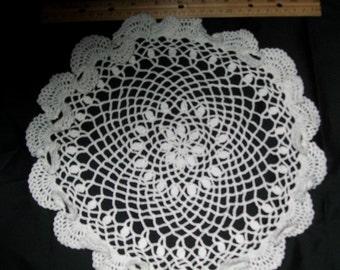 Ruffled doily set in white
