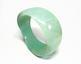 Green Apple Mod Bangle Bracelet in Chunky Crystalline Lucite Plastic Marbled Motif - Vintage 60's Costume Jewelry