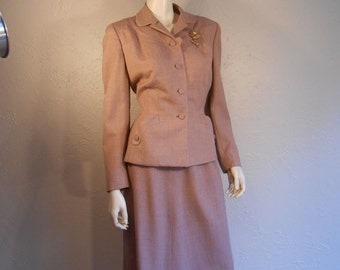 Into His Arms She Ran - Mid 1940s Mauve Sandy Pink Wool Blend Structured Suit  - 6/8