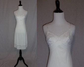 70s White Nylon Slip - Daisy Lace Bodice Hem Trim - Vanity Fair - Full Dress Slip - Vintage 1970s - Size 34 L