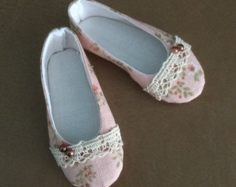 Decorated shoes for Minifee on box