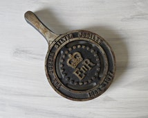 Vintage Cast Iron Commemorative TRIVET Queen Elizabeth ll Silver Jubilee 1977 Belper, England