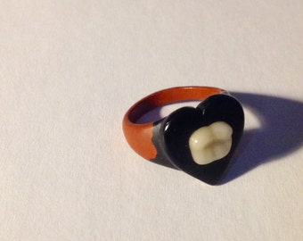Vintage 30s 40s bakelite celluloid folk art prison ring with heart and tooth design