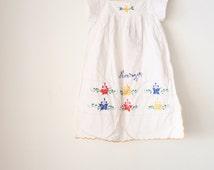 Vintage GIRLS SUMMER DRESS, Girls sun dress, White cotton South American Embroidered dress Ethnic vtg Boho Scallop edge Nicaragua, 4 5 years