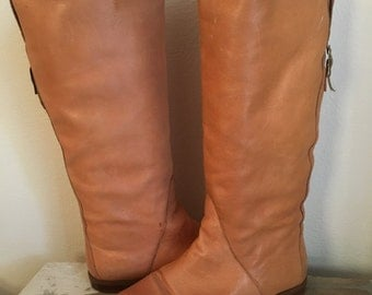 Vintage 1980s Brown Tall Knee High Leather Boots Buckle Pixie Flat Camel Riding Boho Hippie Tan Boots 9