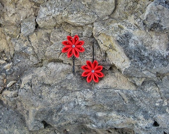 Red kanzashi fabric flowers. Set of 2 small flower bobby pins. Girls hair pins. Red flowers