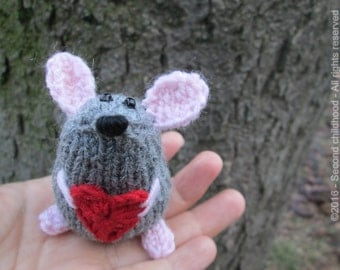 Miniature mouse amigurumi, romantic gift for her, cute plushie, mini amigurumi, mouse stuffed animal, cute mouse heart, little gifts