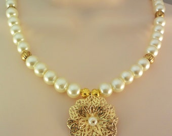 Pearl Necklace, Gold Flower Pendant Necklace, Woman's Pearl Necklace, Beaded Necklace, Flower Necklace