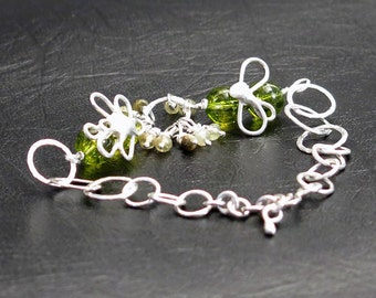 Bracelet in Silver 925 with a Dragonfly and a fly on peridot beads