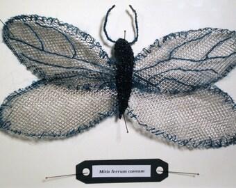 Sculpture d'art textile, fausse taxidermie, papillon de laine et de métal