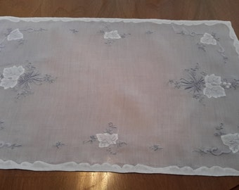 Set of 4 1950s See Through White Lavender Embroderied Placemats with leaf applique and scalloped binding, shabby chic, cottage chic, romanti