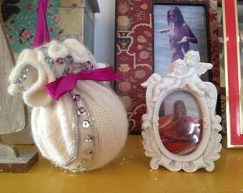 Adornos navideños.Christmas ball.Bola de Navidad de lana bordado con abalorios hecho a mano