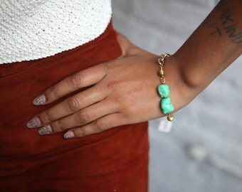 Hand-crafted bracelet in gold with turquoise howlite and brass ribbed beads