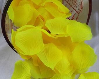 500pcs Yellow petals Yellow rose petals wedding petals Silk rose flowers petals Silk petals Decorations Silk petals Yellow silk rose petals
