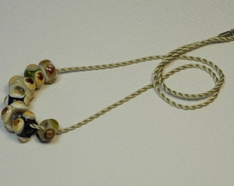 Necklace, ras of the neck by a cord of silk Mokuba, beige, with 7 glass beads square, ornate points, and olivine white, ivory, PuTTY