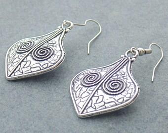 Leaf Earring / Handmade Earring / Drop Earring / Gift Jewelry / Traditional Jewelry / Women's Fashion Jewelry / Solid Metal Earring / E2