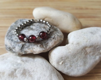 Collection Harmony // Garnet and Hematite Elastic Ring // Natural semi-precious stones