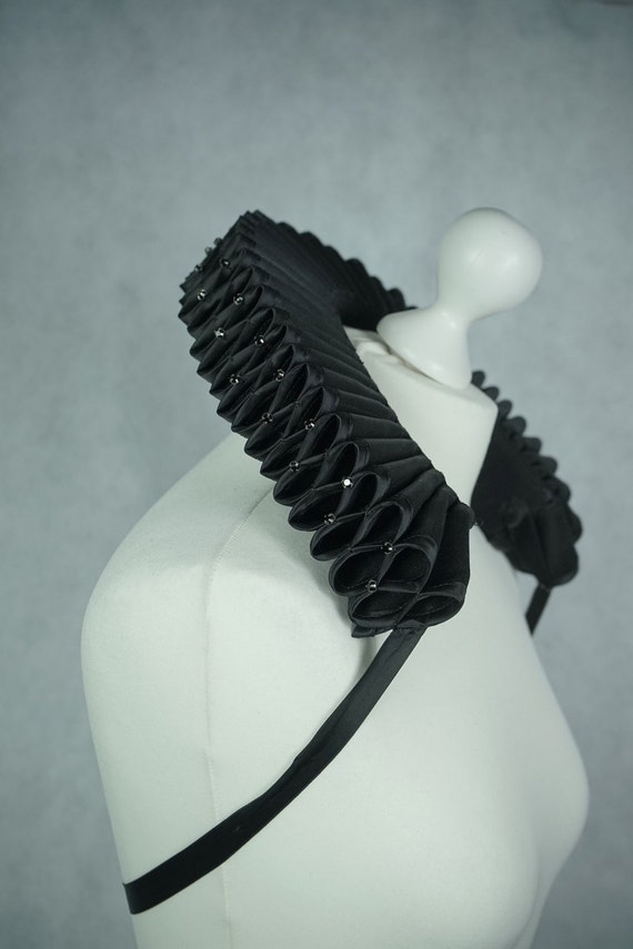 Millstone collar with Crystal stones - Elizabethan ruff with crystals