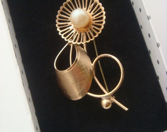 Gold Tone Stylised Flower Design Pin Brooch
