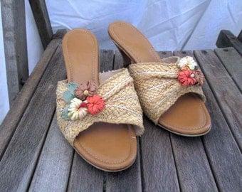 Vintage Straw Mules 70s Tiki kitten heel Sandal Vintage raffia mules gold vinyl tropical heels 7