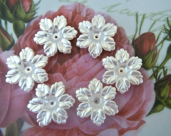 Flowers beads perelized white acrylic plastic 20mm, 15pcs