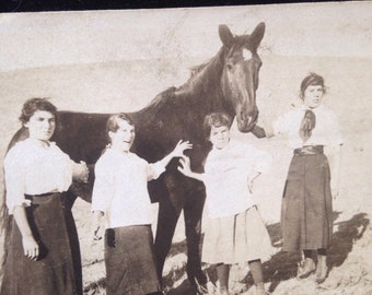 1904 horse and girls photo