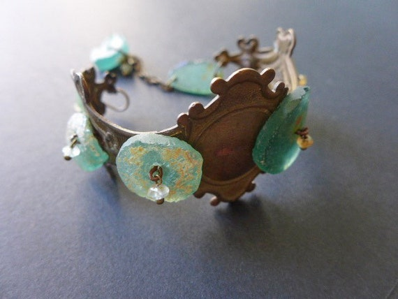 Nubivagant. Escutcheon bracelet with Roman glass.