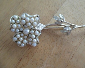 VINTAGE COSTUME JEWELRY  / Pearl flower brooch
