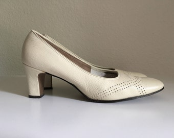 Vintage Shoes Women's 60's Air Step, Cream Leather Heels, Pumps (Size 7N)