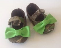 Baby Girl Shoes, Realtree Camo fabric with Lime Green bows / Newborn girl shoes / Infant girl shoes / Toddler girl shoes