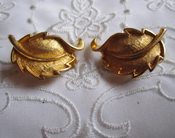 Vintage Gold Tone Textured Leaf Clip On Earrings