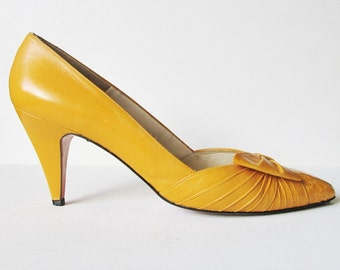 Mustard Yellow Leather and Snakeskin Pointed Toe Heels from the 1980s with Bow Detail Size 10 N Narrow