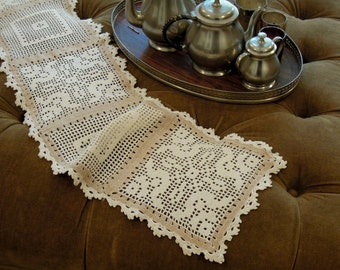Vintage Crochet Table Runner / Hand crocheted White & Beige Table Runner / Holiday Table Runner / Vintage Wedding / Dresser Scarf