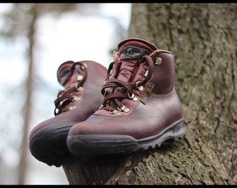 Vintage Italian made waterproof Gore-Tex/leather hiking boots - Made in Italy by Vasque - Men's 7 1/2 to Womens 8-9 - May fit larger mens