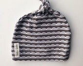 Organic jersey knit baby knotted- gray scallops
